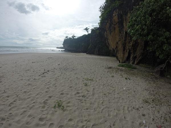 Dari Gua Lalay kami keluar dan menuju Gua Langir. Ada beberapa gua kecil disini. Tapi daya tariknya justru pantai yang sepi dan bebatuan yang indah.