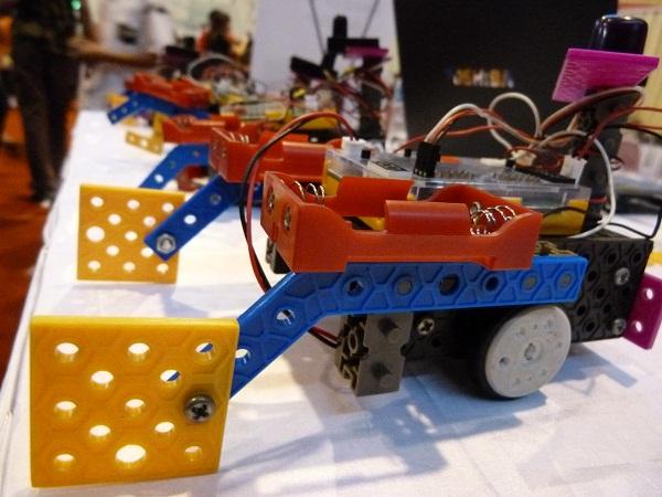 Model robot yang terbuat dari Lego