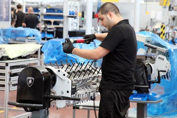 Teknisi mulai merakit mesin V12 milik Lamborghini