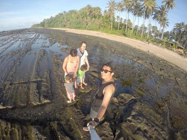 Kalau sudah terang, bisa berjalan diantara karang. Gunakan sendal yang nyaman karena agak licin.