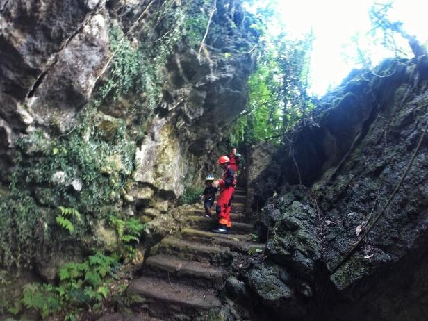 Tangga menuju pintu gua 200 meter dan 400 meter.
