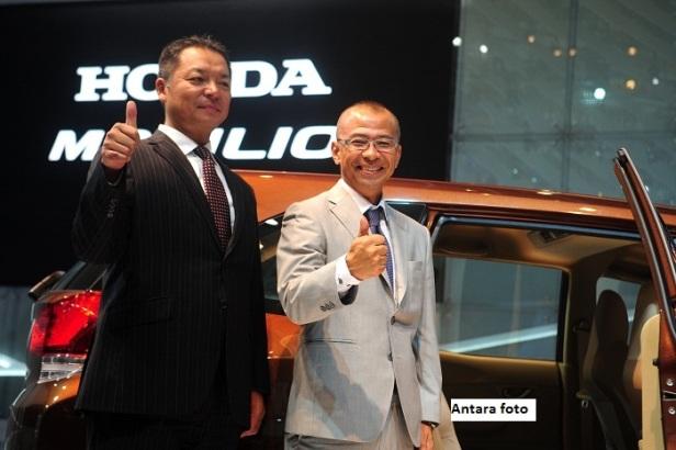 Presdir PT Honda Prospect Motor (HPM) Tomoki Uchida (kiri) bersama Large Project Leader of Honda LMPV Atsushi Arisaka mengacungkan jempol saat usai menyampaikan keterangan khusus kepada wartawan tentang Honda LMPV  di arena Indonesia International Motor Sh