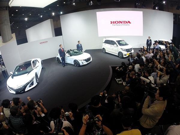 Honda S660 (tengah).