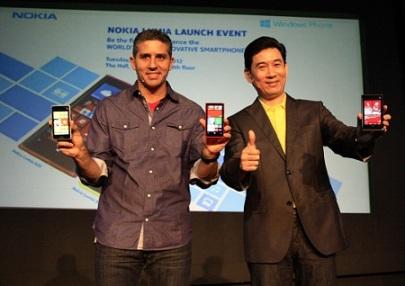 President Director Nokia Indonesia, Martin Chirotarrab (kiri) didampingi President Director Microsoft Indonesia, Andreas Diantoro (kanan)  menunjukkan hand phone saat peluncuran Nokia Lumia 920 dan Nokia Lumia 820 di Jakarta,