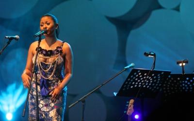 """Dira Sugandi di Java Jazz 2012.  Jakarta International Djarum Super Mild Java Jazz Festival tak hanya jadi lokomotif terhadap perkembangan festival Jazz di berbagai daerah di Indonesia, tapi juga menjadi """"benchmark"""" bagi keberhasilan industri musik khususnya Jazz di Indonesia di mata dunia internasional."""