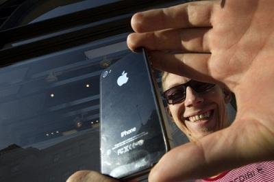 Seorang pembeli mendapatkan iPhone 4S di Apple Store Londong. Foto AFP