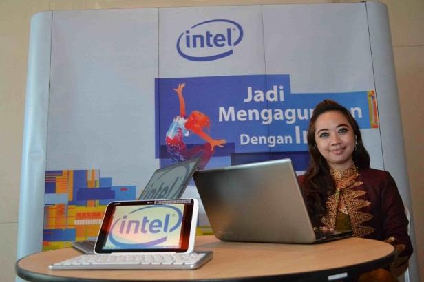 Nyayu Nur Komaria, menggunakan komputer dan internet untuk melestarikan songket asli Palembang.