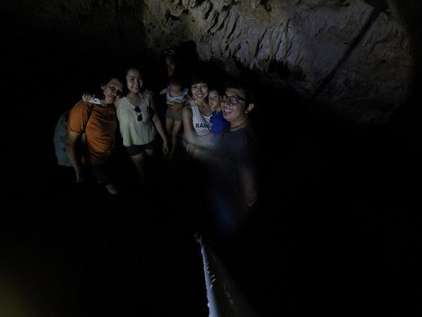Mengambil foto di dalam gua hampir tidak mungkin tanpa flash atau pencahayaan dari lampu senter.
