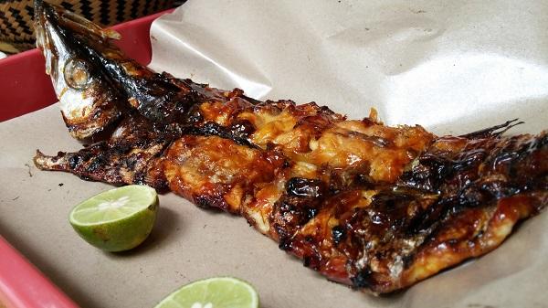 Inilah ikan favorit kami: Barracuda. Aduh nikmat benar. Saking nikmatnya hingga 3 hari berturut-turut kami makan Barracuda ini. Pesannya di warung di depan Wisma Chlara.