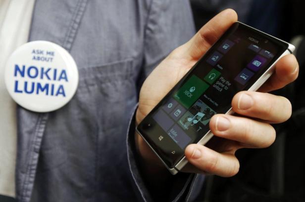 Nokia Lumia 925 dengan casing metal.