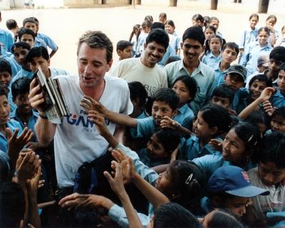 devote yourself to a cause: John Wood dan anak-anak Nepal.