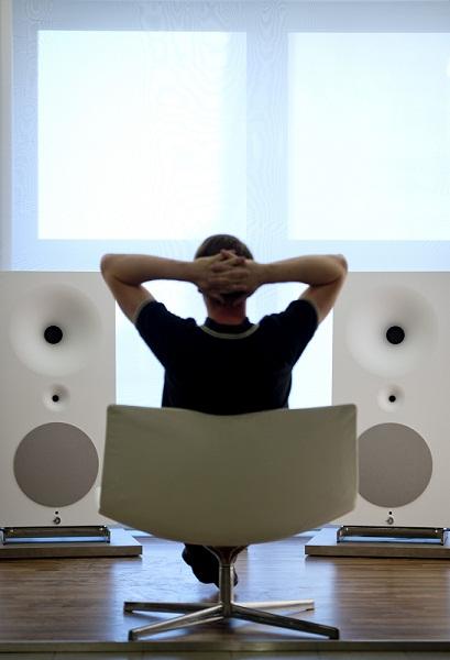Seorang pria sedang mendengarkan loudspeaker premium Zero1 buatan perusahaan Avantgarde Acoustic. Loudspeakers tersebut dibanderol seharga USD13.000 (Rp130 juta), menyasar mereka yang mendambakan kualitas suara.