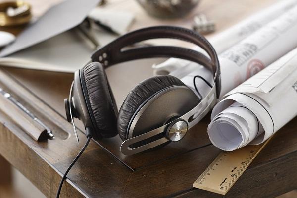 Momentum On-Ear keluaran Sennheiser menjadi pilihan menarik diantara produk on-ear premium yang ada di pasaran, karena seimbang di semua lini, baik desain, kenyamanan pemakaian, performa suara, serta harganya.
