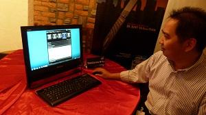 Azis Wonosari, Business Development Manager Lenovo Indonesia, menunjukkan varian terbaru AIO desktop PC ThinkCentre M71 di Marche, Grand Indonesia, Rabu (9/11) silam.