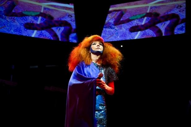 Bjork dalam live performance album Biophilia