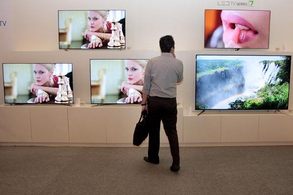 Pengunjung melihat berbagai produk TV  terbaru Samsung saat pembukaan Samsung Forum 2013 di Jakarta