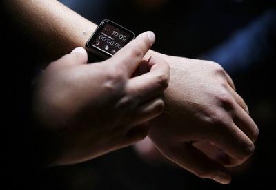 Tampilan Apple Watch saat digunakan di pergelangan tangan.