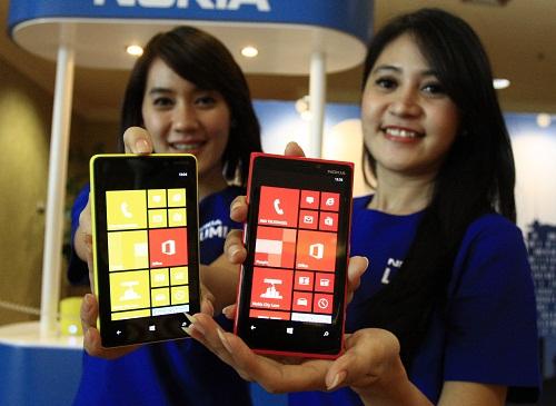 Model menunjukkan hand phone Nokia Lumia terbaru saat peluncuran Nokia Lumia 920 dan Nokia Lumia 820 di Jakarta,