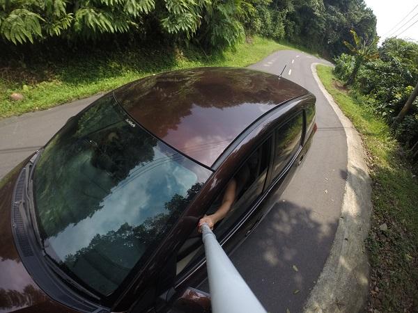 Perjalanan menuju Sawarna dari Jakarta memakan waktu sekitar 4-6 jam. Saran saya, berangkat Subuh dan gunakan rute ini: Jakarta-Ciawi-Cikidang-Pelabuhan Ratu-Sawarna. Jalur Cikidang memang berkelok-kelok, tapi relatif sepi dan tidak macet dibandingkan lewat Cibadak yang penuh dengan truk.