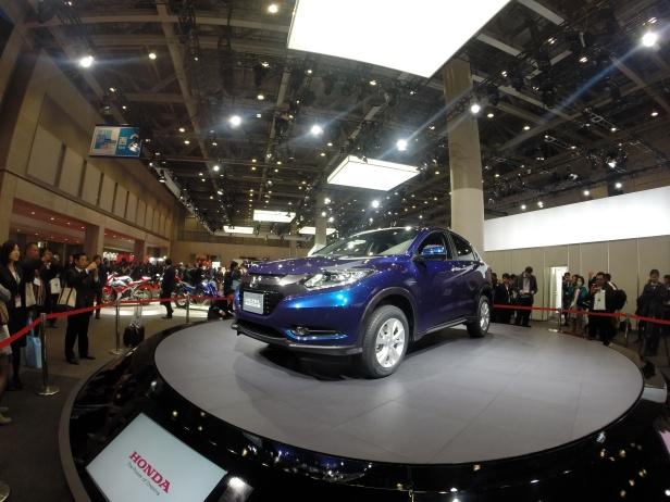 Seorang jurnalis mengabadikan foto Honda Vezel, urban SUV yang diluncurkan di Tokyo Motor Show 2012, Rabu (20/11). Vezel, versi lebih kompak dari CR-V, rencananya akan diboyong ke Indonesia pada 2015 mendatang.