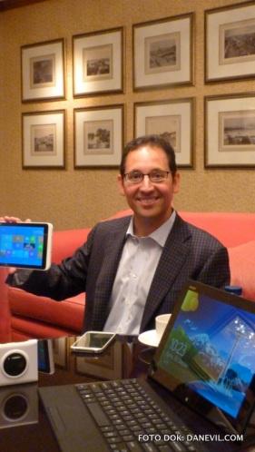 Chris Capossela, Vice President, Consumer Channels Group, Microsoft Corp, menunjukkan konvergensi ekosistem sistem operasi Windows 8.1 yang menyentuh tablet, laptop, hingga smartphone di Shangri-La, Hotel, Jakarta, Kamis (3/10) silam.