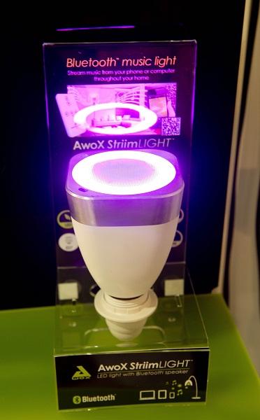 Speaker ini sengaja di desain seperti bola lampu. Fungsinya untuk menyamarkan fungsi speaker di ruangan terbatas seperti apartemen yang kecil. Speaker tersebut di desain oleh perusahaan Prancis bernama AwoX. Pengguna dapat mengontrol lagu lewat smartphone, juga mengatur kecerahan cahaya ruangan. Unik.