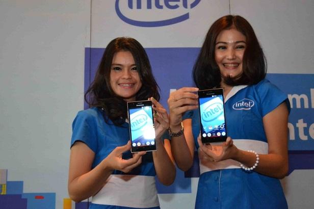 Model menunjukkan varian Lenovo K900 yang telah dilengkapi dengan prosesor Intel Atom terbaru.