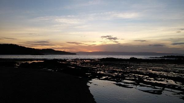 Tepat pukul 5 pagi tukang ojek kami sudah menjemput. Kali ini tujuannya adalah menikmati sunrise di Karang Bereum. Langit dan Aro yang masih asik tidur mau nggak mau diangkut naik ojek. hahaha.