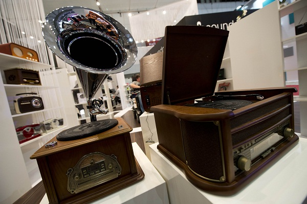 Gramophone milik Soundmaster ini sengaja di desain untuk mereka yang ingin bernostalgia. Walau bentuknya klasik dan oldies, namun fitur di dalamnya sudah sangat modern. Ada turn-table, tuner, hingga CD player.