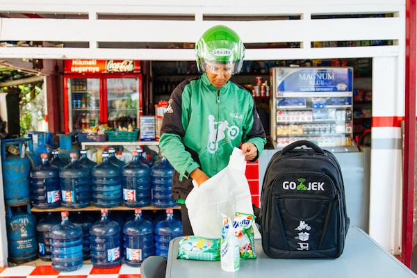 Selain mengantar penumpang, Gojek juga dapat diminta mengantar barang atau membeli makanan.