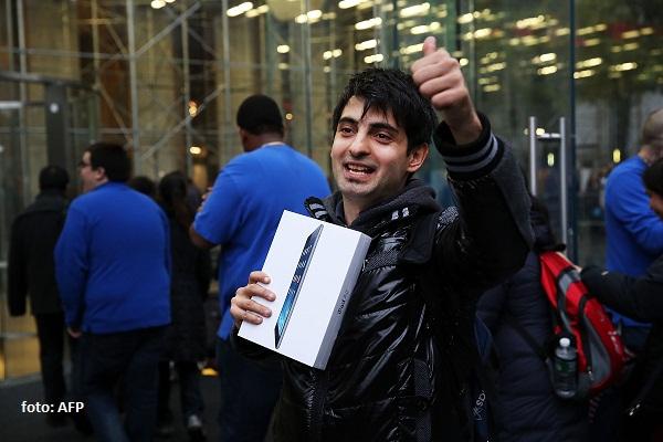 Rami Shamis adalah orang pertama yang mendapatkan tablet iPad Air di Apple Store, New York City, Jumat (1/11) silam. Model terbaru iPad berukuran 9,7 inci itu memiliki desain yang 20% lebih tipis dan 28% lebih ringan dari iPad generasi keempat.