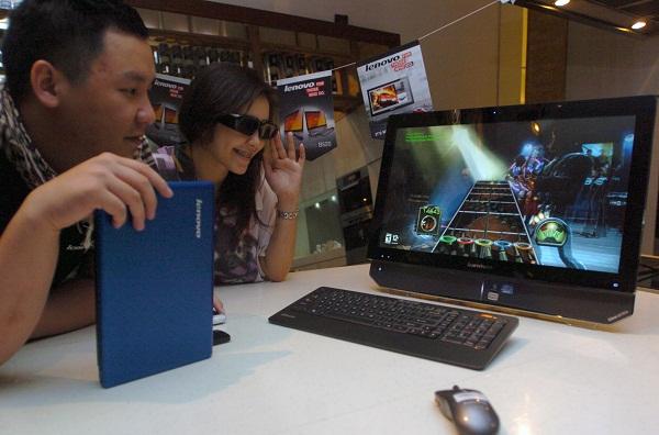 Consumer 4P & Product Manager, Lenovo Indonesia, Cung Cien (kiri) menunjukkan desktop Lenovo IdeaCentre All-in-One B520   saat sesi First Look dan Product Display untuk produk Lenovo konsumer terbaru, di Jakarta, Selasa (27/9).