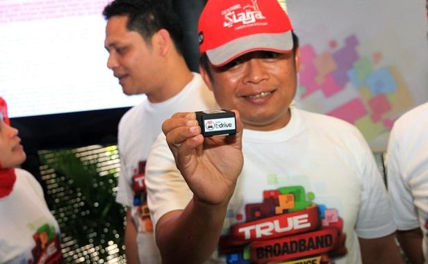 Presiden direktur Telkomsel Ririek Adriansyah menunjukkan perangkat T-Drive kepada media.