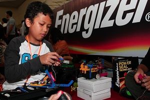 Seorang peserta sedang merakit robot dalam acara Energizer Robotic Competition 2011 yang berlangsung di STC Senayan, Jakarta, Sabtu (12/11) silam.