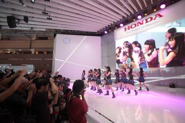 Grup Idola JKT 48 saat beraksi di booth Honda.