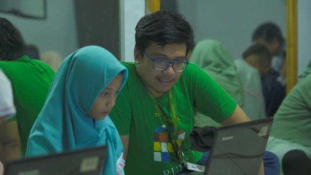 Nakama Mengajarkan Anak-Anak untuk Menggunakan Laptop