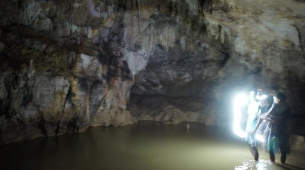 Ini gambaran bagian dalam gua. Agak ngeblur karena memang gelap sekali.
