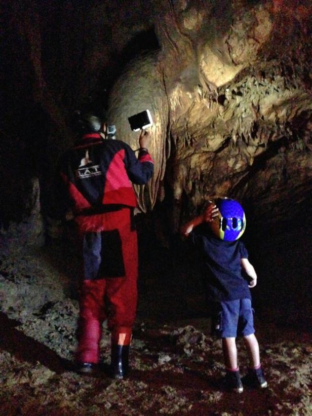 Mengamati dinding gua yang bentuknya unik.