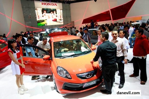 """Mengusung konsep """"More Choices, More Excitement"""", New Honda Brio kini hadir dengan lebih banyak pilihan. Ada New Brio A/T 1.2 L dengan fitur lengkap namun harga terjangkau, Brio Sports 1.3 L yang semakin sporty, serta produk Low Cost Green Car (LCGC) Brio Satya dengan segudang fitur."""