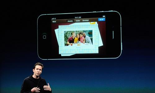 Scott Forstall saat menjabat sebagai Senior Vice President of iOS .