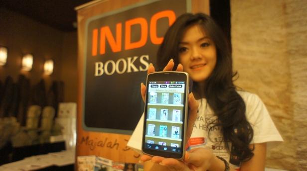 Model memperlihatkan newsstand Indobooks di sebuah smartphone.