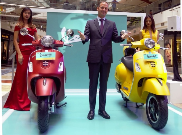 Marco Noto La Diega,Presiden Direktur Piaggio Indonesia (tengah) memperkenalkan Vespa GTS 300 (kanan) dan Vespa GTS i-get 150 (kiri) (small)