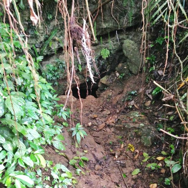 Penampakan mulut  gua 400 meter yang sempit.