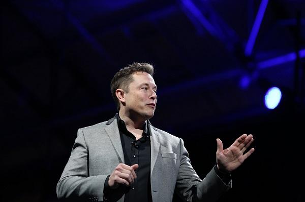 """CEO Tesla Motors Elon Musk menjelaskan tentang baterai Telsa terbaru yang ditenagai matahari dan mampu menyediakan listrik di rumah hampir semalaman. Teknologi """"baterai rumahan"""" ini diharapkan dapat mengubah infrastruktur di seluruh dunia.  AFP PHOTO / David McNew"""