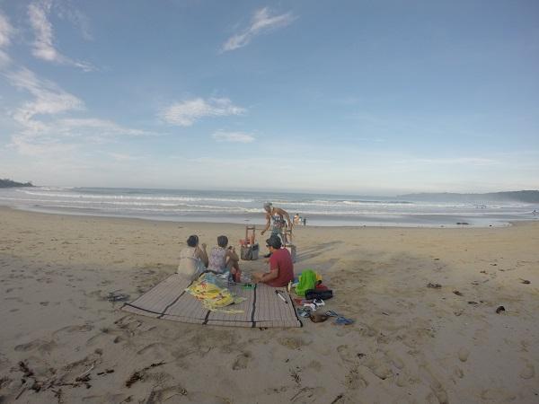 Di hari terakhir sebelum pulang ini kami tidak lagi menggunakan jasa ojeg. Karena pantai Ciantir dapat dicapai hanya dengan berjalan kaki. Overall pantainya cukup oke. Tapi ramai dengan wisatawan. Hati-hati ombaknya lumayan besar ya.