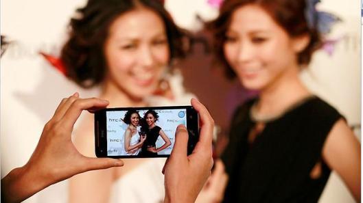 HTC Butterfly mendapatkan respon positif di Jepang dan Taiwan, masuk ke Indonesia mulai Februari 2013.
