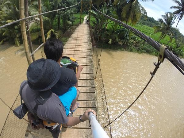 Anda akan menjumpai banyak sekali jembatan gantung yang melewati sungai seperti ini. Mengasyikkan dan jadi ciri khas Sawarna.