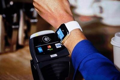 Apple Watch saat digunakan untuk melakukan pembayaran di EDC atau sistem Point of Sales menggunakan teknologi NFC.