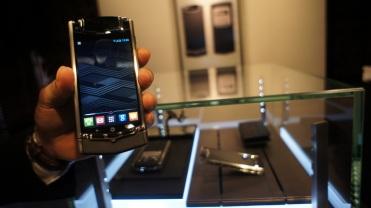 Bobot ponsel ini cukup berat, karena banyaknya material mewah yang dibenamkan di dalamnya.