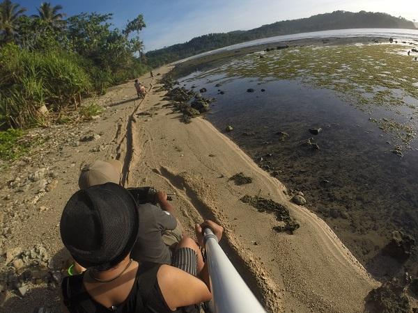 Kami tidak lama-lama di Karang Bereum. Karena tujuan selanjutnya adalah Karang Taraje. Menggunakan motor, kami menyusuri bibir pantai. Cukup mengasyikkan. Kapan lagi di pantai naik motor. hehehe.
